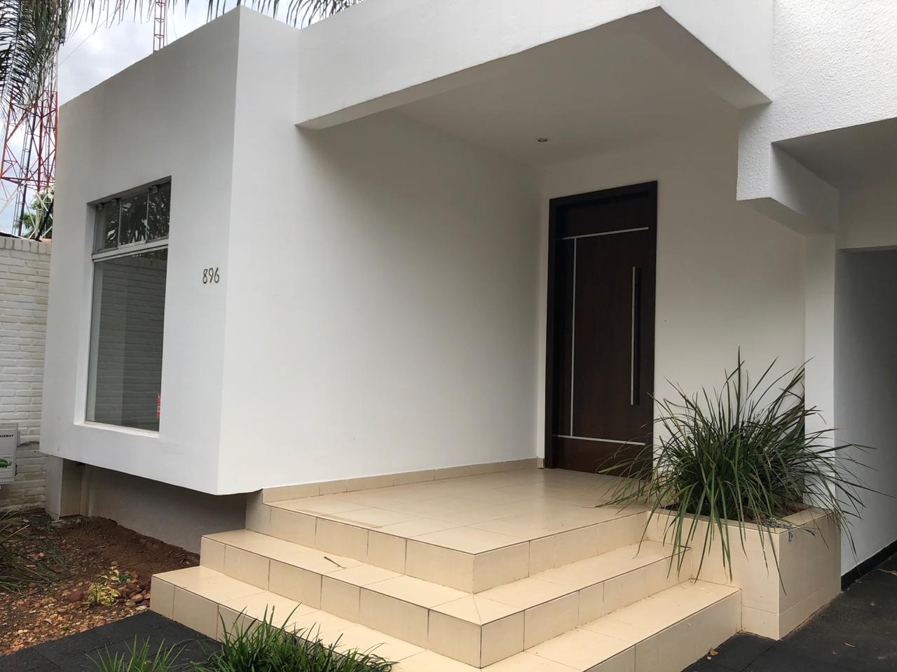 Alquilo hermosa residencia con piscina en barrio cerrado for Casa minimalista uy