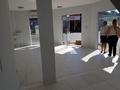 Salon Comercial En Esquina, Cerca De Curva Romero