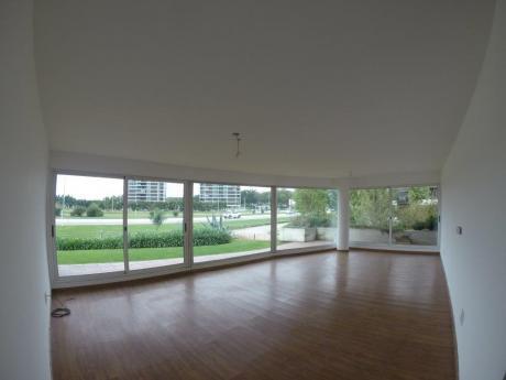 Apto De 3 Dormitorios Con Ambientes Amplios Y Jardín.