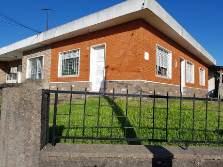 Linda Casa Al Frente De 3 Dormitorios C/garage