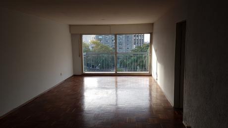 Apartamento En Alquiler De 2 Dormitorios Y Servicio, Con Garaje. Centro.