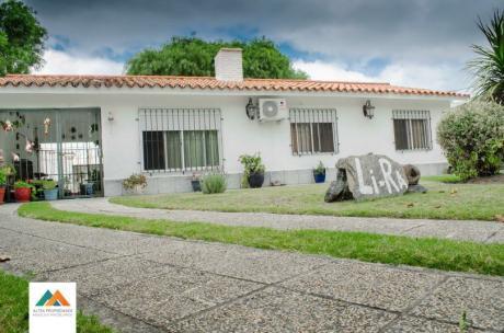 Hermosa Casa, Con Barbacoa Y Amplio Terreno, 480m2
