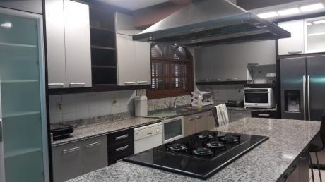 Casa En Excelente Estado En Las Inmediaciones Del Barrio Mburicao