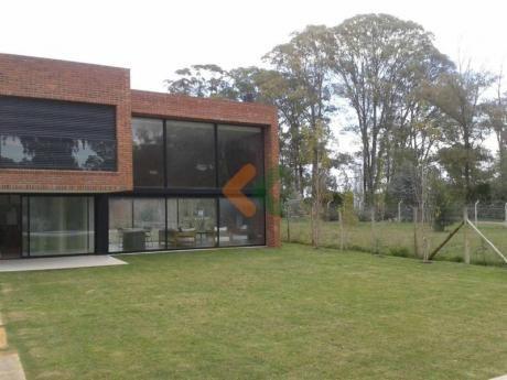 Casa A La Venta En Zona Muy Tranquila De Carrasco Con Fondo Al Lago. - Ref: 515