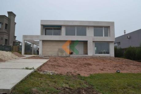 Espectacular Casa A La Venta En Barrio Privado Lomas De La Tahona - Ref: 640