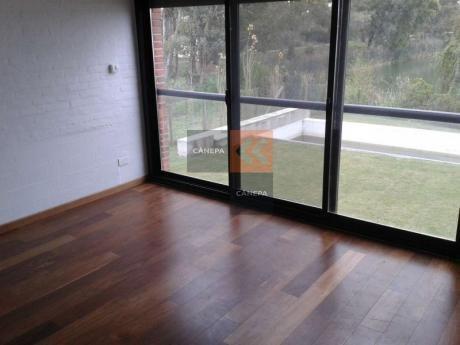 Casa A La Venta En Zona Muy Tranquila De Carrasco Con Fondo Al Lago.