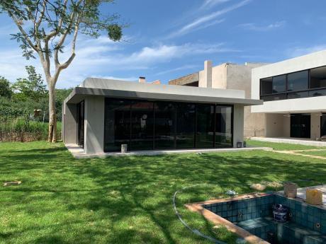 Se Vende Casa De 4 Dormitorios En Suite, En Zona Yacht Y Golf Club