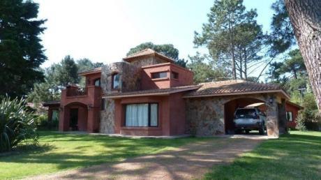 Preciosa Casa En Zona De Bosque Pileta Y Amplio Jardín.