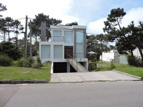 Moderna Casa Con Piscina En Montoya