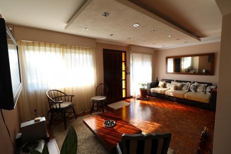 Casa De 3 Dormitorios, 2 Baños, Jardín, Patio Con Barbacoa Y Garaje