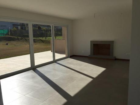 Excelente Casa De Muy Buena Construcción En Altos De La Tahona