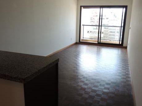 Oportunidad! Apartamento De 1 Dormitorio A 2 Cuadra De La Rambla. Piso Alto.