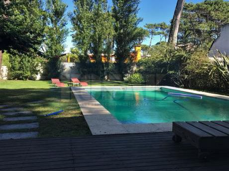 Alquiler Casa Punta Del Este Lugano,  3 Dorm, 3 Baños, Piscina, Jardín