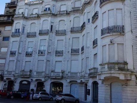 Venta En Edificio Emblemático Frente A Plaza Zabala