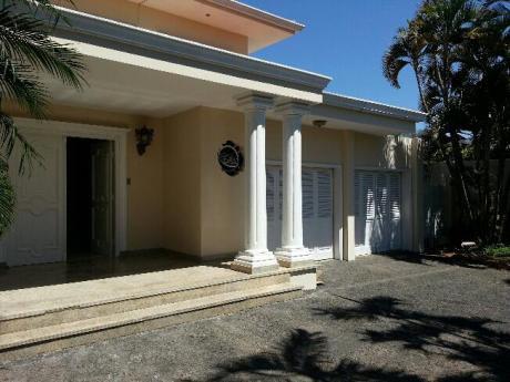 Alquilo Casa En Barrio Los Laureles