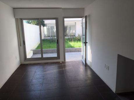 Duplex Tipo Casa En P.b. Prox.  Rbla. Con Balcon Y Tza. Con Parrillero, Garaje