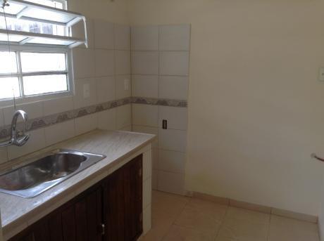Casa Al Frente Con Dos Dormitorios Y Baño