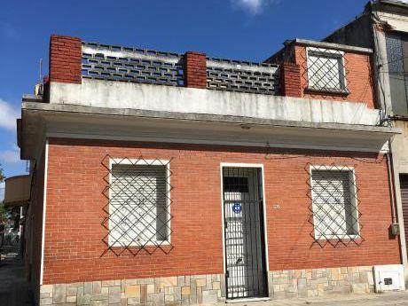 Gran Casa De 3 Dormitorios, 2 Baños, Garage, Azotea, Esquina