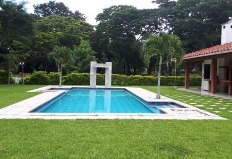 En Condominio Jardines Del Urubó, Magnífica Casa Completamente Amoblada