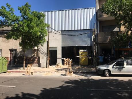 Depósito En Hocquart Y Arenal Grande. 140m2 Con Entrada Para Camiones.