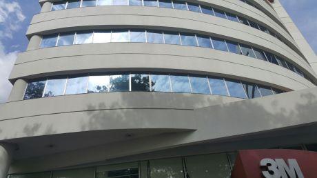 Oficina En Importante Edificio- Zona Aviadores Y Santa Teresa