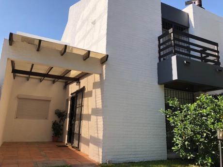 Bonita Casa En Dos Plantas...muy Buena Ubicacion, Con Piscina