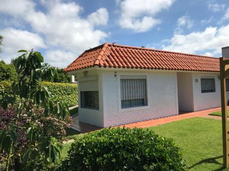Carrasco. Casa 3 Dorm, 2 Baños, Servicio, Barbacoa, Jardín Y Fondo.