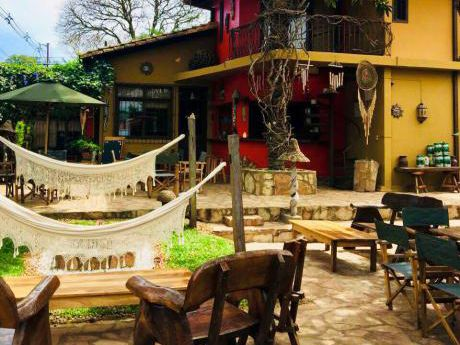 Casona En Esquina En El Exclusivo Barrio Mburicaó.