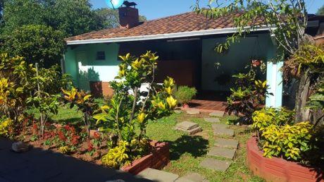 Vendo Casa Con Piscina En LambarÉ Sup. 480m2 - 12x40mts  - Zona Las Palmas