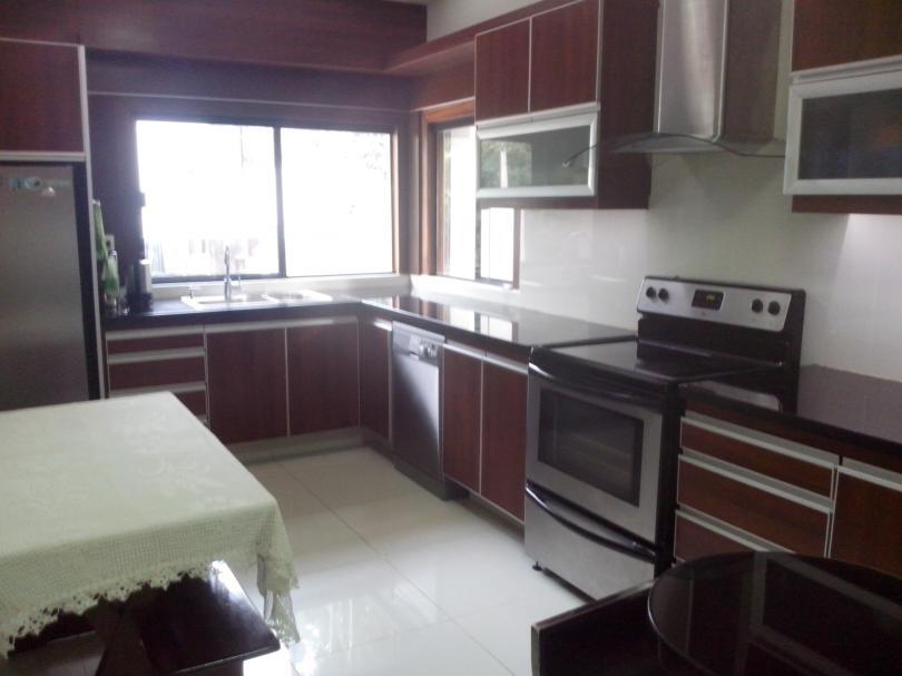 Hermosa casa en cond 4 dormitorios en suite zona oeste for Casa minimalista zona oeste