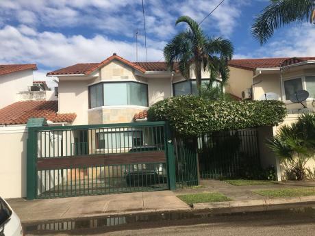 Impecable Casa En Equipetrol A Solo Una Cuadra De La Avenida San Martin
