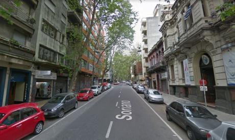 Venta Apartamento Soriano Y Convención. 2 Dormitorios Y Servicio.