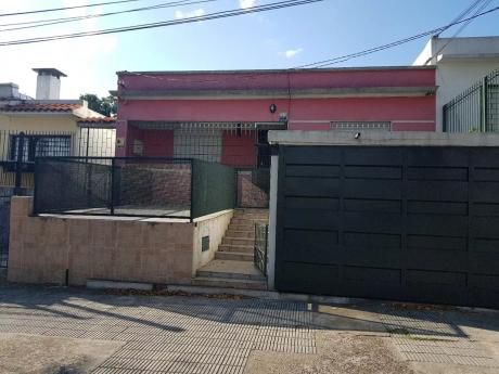 Prox, San Martin Y Propios, Casa 2 Dorm,amplios Ambiente, Con Garaje Y Parri