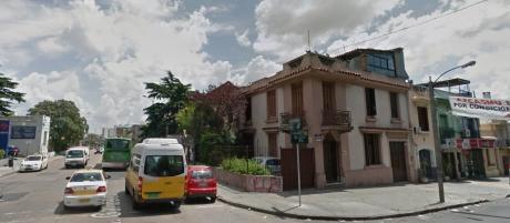 Importante Residencia. Esquina Sobre Garibaldi.