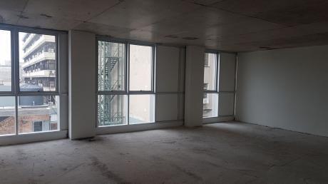 Alquiler De Oficina En Ciudad Vieja Con Garage, A Metros De La Plaza Matriz