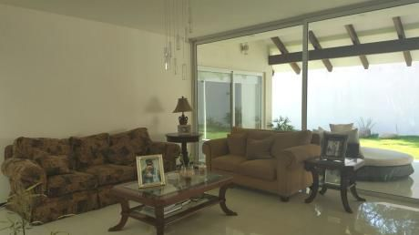 Bellisima Casa De Una Planta En Condominio Privado