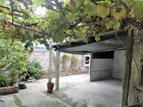 Vendo Casa Dos Dormitorios , Fondo, Jardín ,garaje