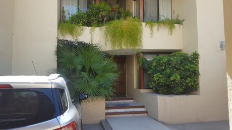 Casa De 2 Plantas, Terreno De 420 M2, Construccion 360 M2 Ubicado En Equipetrol.