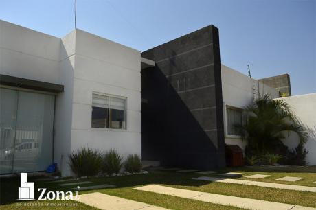 Hermosa Casa Con Piscina Privada En Urb. Zona Norte!