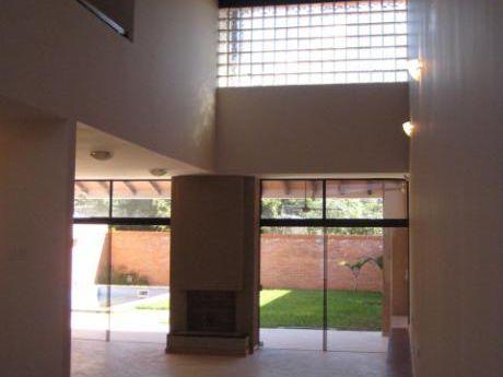 Alquiler Casa Barrio Miraflores Usd 2.000 + Iva Con Piscina. Cod: Alc241