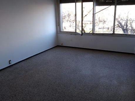 Apartamento Con Terraza Y Patio Con Bajos Gastos Comunes