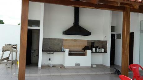 Casa En Alquiler De 3 Cuartos, 2 Baños, Estudio 1100 $us/mes