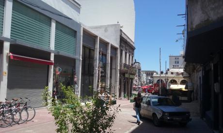 Locales Comerciales Sobre Piedras A Metros Del Mercado Del Puerto