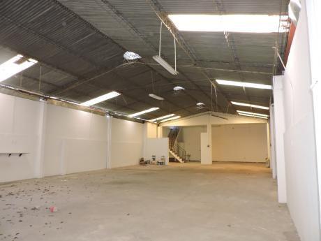 En Alquiler Galpón Cerrado De 500 M² Y Oficinas Av. Paragua