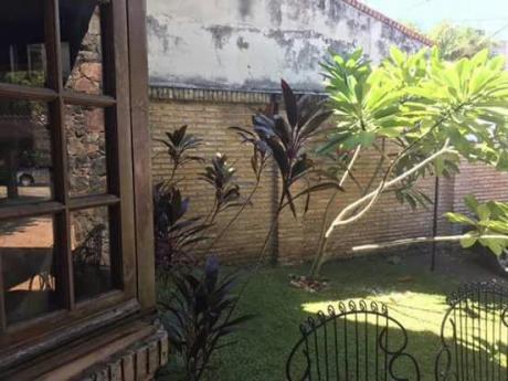 En Venta Propiedad De Dos Plantas Está Ubicada En El Barrio Manorá.