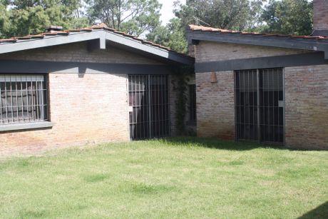 Casa Estilo Colonial En Carrasco Norte. 4 Domr. Servicio Completo. Barbacoa