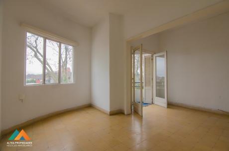 Muy Buen Apartamento Al Frente, Con Balcón, 2 Dormitorios, Soleado Y Ventilado