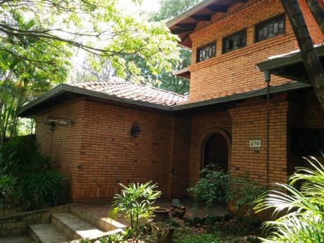 Alquilo Amplia Residencia A Pasos De Av. Mariscal Lopez Y  Av. San Martin