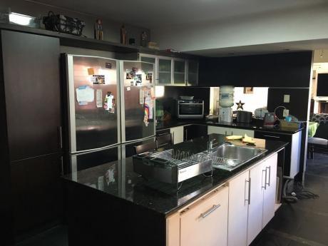 Venta Casa Pocitos 4 Dormitorios, 3 Baños, Garaje Y Fondo