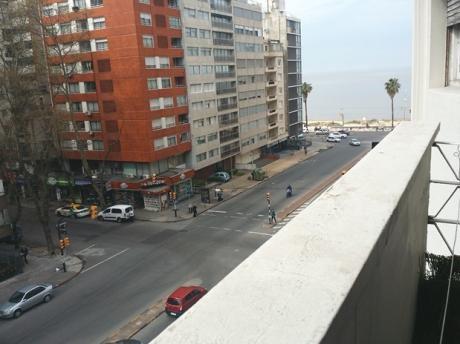 A Pasos De La Rambla - Ambientes Amplios Y Balcón